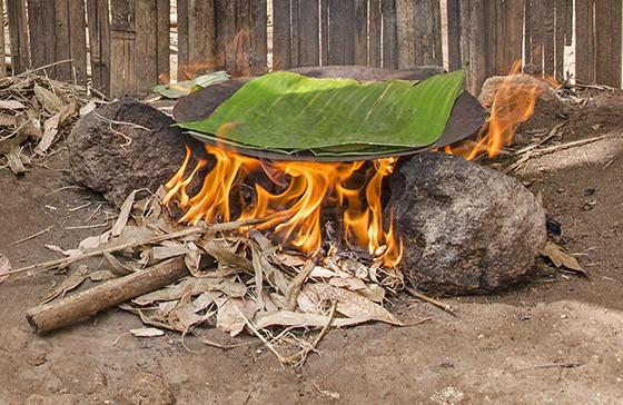 Depois do kocho tomar a forma de um pão achatado, ele é assado sobre uma placa quente, dentro de uma folha de ensete (Foto: Haroldo Castro/ÉPOCA)