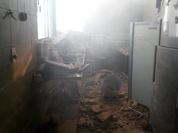 Cozinha de casa vizinha ficou destruída na queda (Foto: José Neto/ TV Globo)