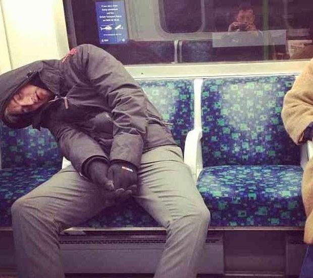Passageiro dormiu em trem e foi parar na página (Foto: Reprodução)