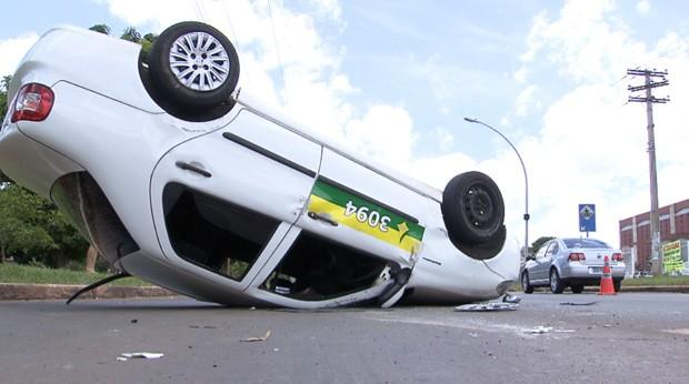 Táxi capotou no final da Asa Norte com passageira que estava a caminho do Enem (Foto: TV Globo/Reprodução)