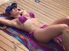 Renatinha toma sol de biquíni e seguidor comenta: 'Vida difícil'