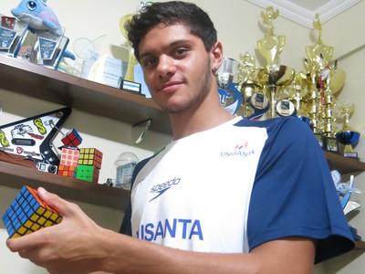 Além medalhas e troféus na natação, Felipe Ribeiro coleciona cubos mágicos (Foto: Natasha Guerrize)