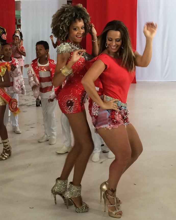 Vivi e passista da Aprendizes do Salgueiro botam pra quebrar no samba (Foto: Nathália Gomes / Gshow)