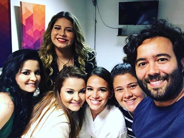 Bruna Marquezine posa com cantoras sertanejas nos bastidores de gravação (Foto: Reprodução/Instagram)
