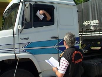 Fiscal entrega panfleto a condutor de caminhão em Iraí (Foto: Eder Calegari/RBS TV)
