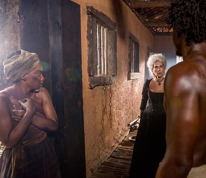 O casal fica constrangido com o flagra da patroa (Foto: Felipe Monteiro / Gshow)