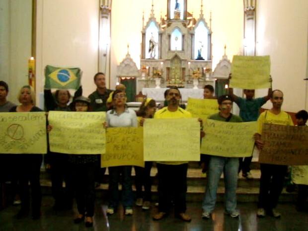 A convite do padre, manifestação aconteceu dentro de igreja em Brazópolis, MG (Foto: Reprodução EPTV)