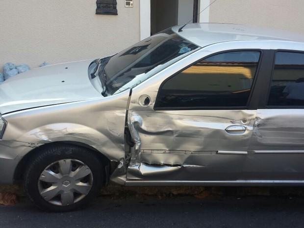 Carro de vizinho de Naldo também é atingido pelo acidente no condomínio (Foto: Reprodução)
