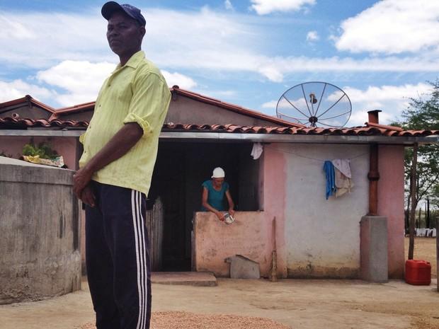 Manoel Pereira e Maria do Carmo perderam todas as plantações de milho e feijão (Foto: Henrique Mendes / G1)