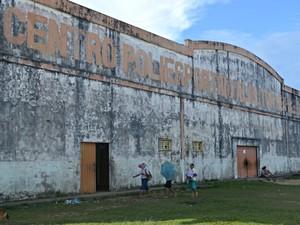 Centro Esportivo interditado em Cruzeiro do Sul atrapalha treinos para Jogos Escolares (Foto: Adelcimar Carvalho/G1)