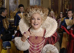 Hebe Camargo interpreta a Rainha mãe (Foto: Divulgação / Reprodução)