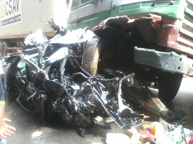 Três carretas e quatro carros se envolveram no acidente (Foto: Hélio Marques do Nascimento / VC no G1)