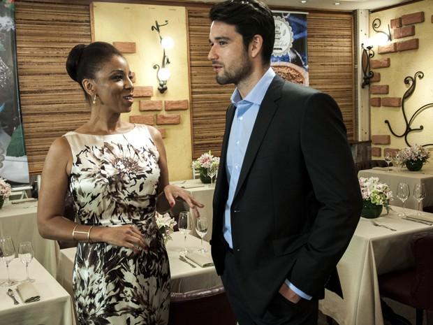 Sérgio e Adriana conversam durante o intervalo de gravação (Foto: Estevam Avellar / TV Globo)