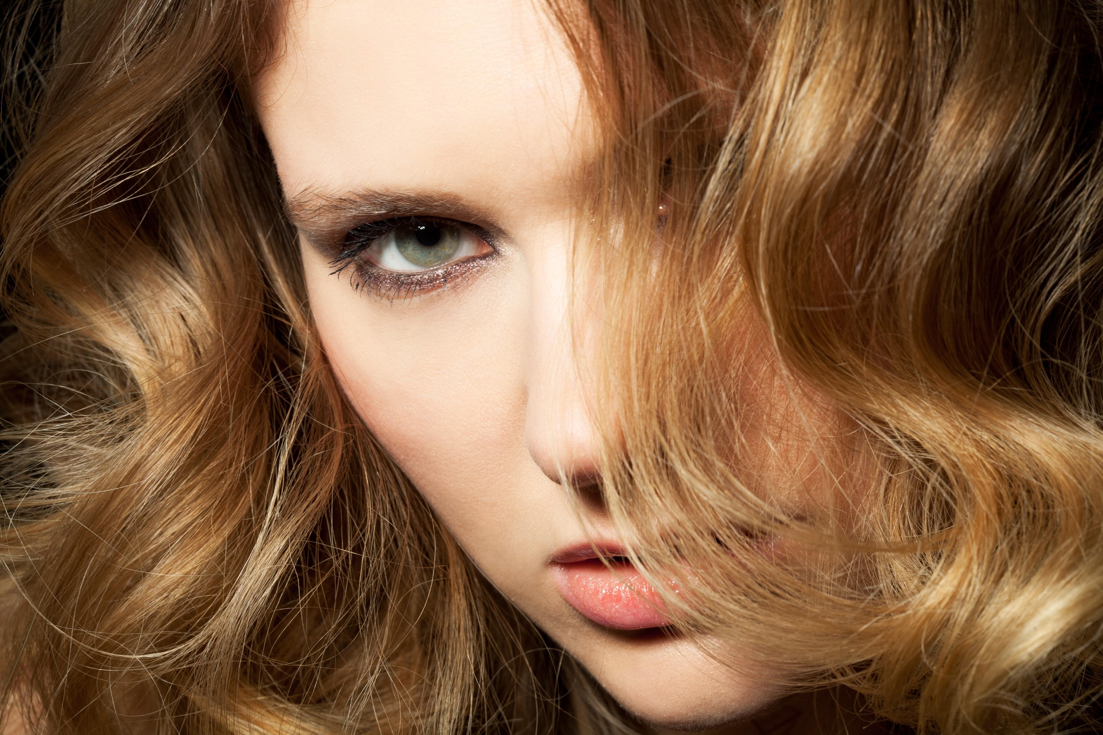 Oito maneiras diferentes de usar shampoo seco a favor dos penteados e fios oleosos