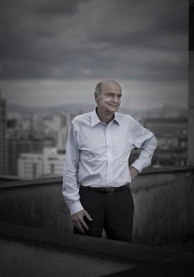 O medico oncologista Drauzio Varella, autor de muitos titulos, posa para foto no terraco do edificio onde tem seu consultorio, em Cerqueira Cesar, em Sao Paulo, em 25 de setembro de 2012 . Drauzio acaba de lancar o livro Os Carcereiros, que mostra como fo (Foto: Foto: Na Lata)
