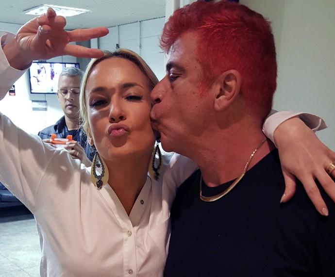 Claudia encontra Lulu e ganha um beijinho (Foto: Raquel Gonzales/Gshow)