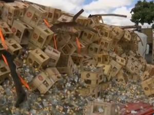 Caminhão carregado de cachaça tomba às margens da BR-230 em Campina Grande (Foto: Reprodução/TV Paraíba)