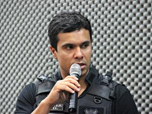 Delgado Adriano Felix informou que três suspeitos estão foragidos  (Foto: Sérgio Rodrigues/ G1-AM)