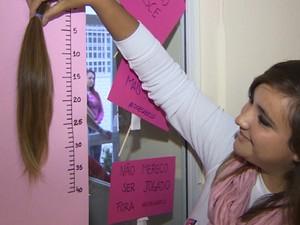 Mulheres cortam cabelo para ajudar crianças com câncer no RS (Foto: Reprodução/RBS TV)