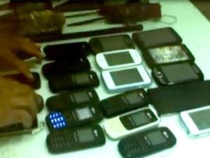 Vinte e um aparelhos celulares, várias trouxinhas de drogas e facas artesanais foram encontrados durante a revista feita no PEP (Foto: Divulgação/PEP)