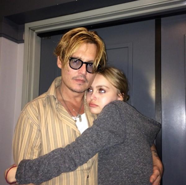O ator Johnny Depp abraçado com sua filha Lily-Rose (Foto: Reprodução/Instagram)