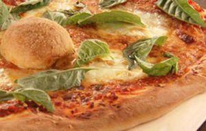 Pizza marguerita e de queijo de cabra com linguiça