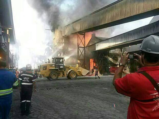 Bombeiros tentam combater as chamas durante incêndio em Santos (Foto: G1)