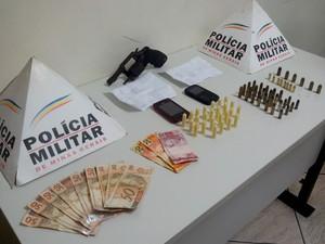 Dinheiro, armas e 25 pinos de cocaína estavam na casa dele. (Foto: reprodução\Polícia Militar)