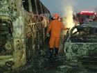 Ônibus e caminhonete pegam fogo após batida e deixam mortos em RR