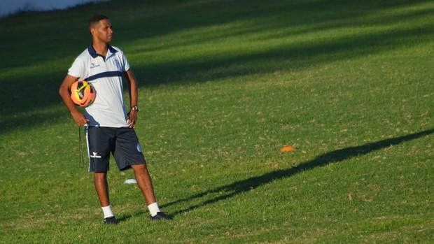 Adocica comandou o treino desta segunda  (Foto: Felipe Martins/GLOBOESPORTE.COM)