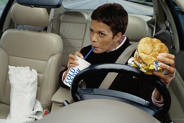 Motorista comendo ao volante (Foto: Divulgação)