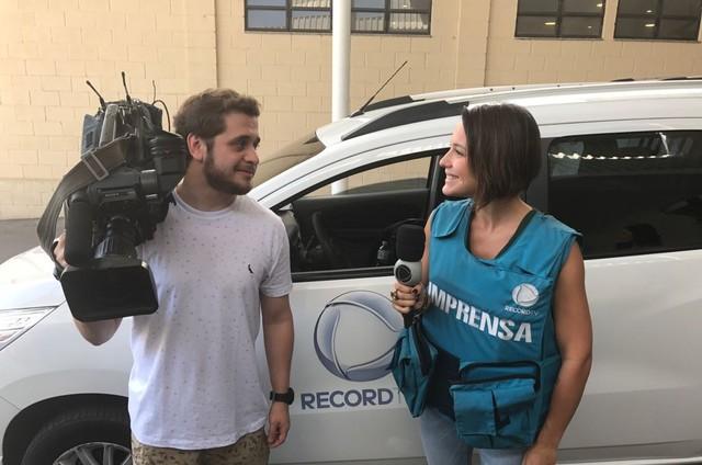 Juliana Knust está acompanhando uma equipe de jornalismo da Record como parte da preparação para viver uma repórter em 'O Apocalipse'  (Foto: Arquivo pessoal)