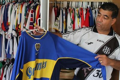 Colecionador conta que recusou R$ 5 mil pela camisa do Boca (Foto: Emerson Rocha)
