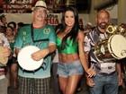 De top e shortinho, Gracyanne exibe barriga sarada em noite de samba