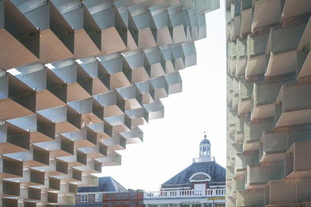 Pavilhão da Serpentine Gallery de Bjarke Ingels é inaugurado em Londres  (Foto: Iwan Baan/Divulgação)