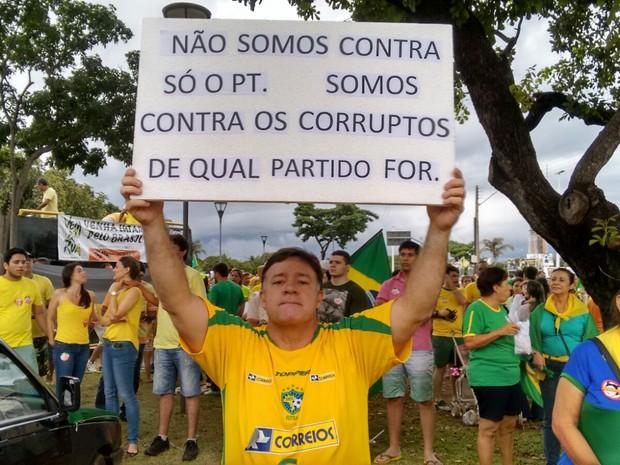 Funionário público protesteu sem defender partidos  (Foto: Gabriela Lago/G1)