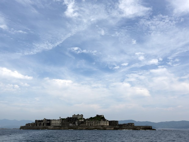 Ilha de Hashima, também conhecida como Gunkanjima, é uma das 23 instalações industriais que o Japão buscava que a Unesco reconhecesse como patrimônio mundial. (Foto: Eugene Hoshiko/AP Photo)