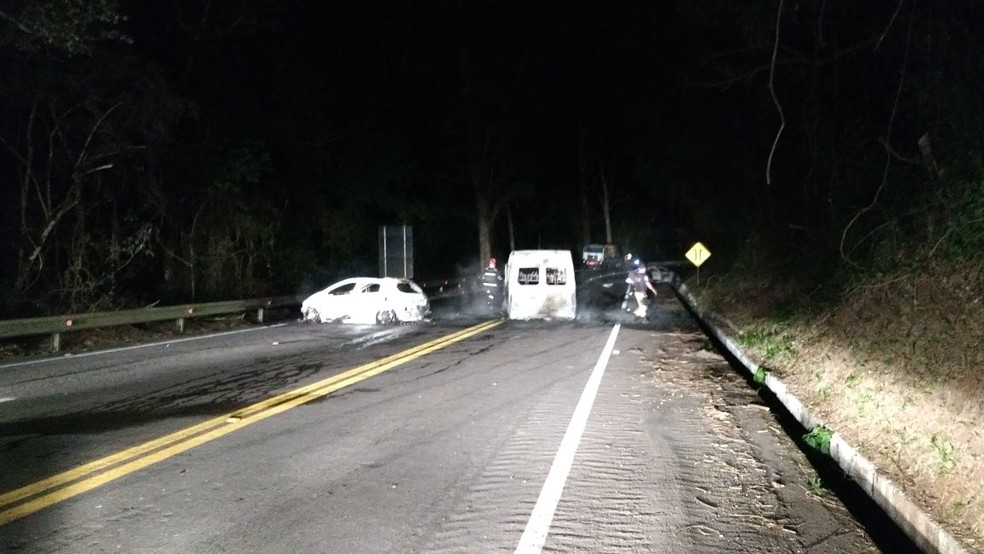 Além do carro-forte e do carro usado pelos assaltantes, outros dois veículos foram incendiados pelo grupo (Foto: PRF/Divulgação)
