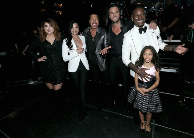 As cantoras Meghan Trainor e Demi Lovato com  Lionel Richie, Luke Bryan, Tyrese Gibson e Shayla Somer Gibson no GRAMMY 2016 (Foto: Getty Image)