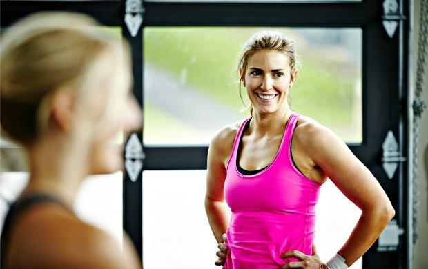 Mulher sorrindo malhando euatleta (Foto: Getty Images)