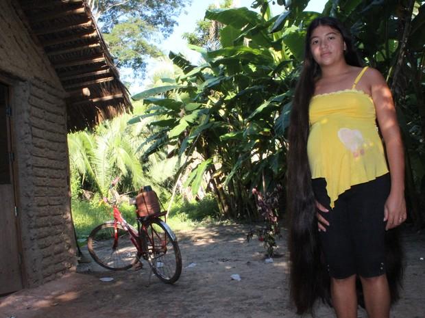 Rosilene Rodrigues, 21 anos, não corta o cabelo há 10 anos e disse que fios valem R$ 3 mil (Foto: Patrícia Andrade/G1)