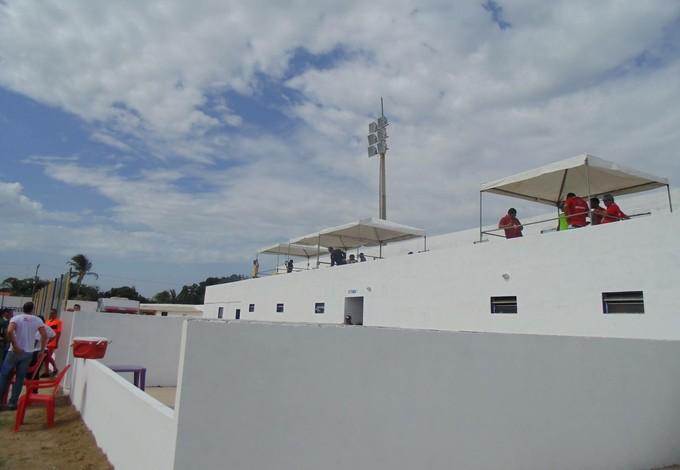 Profissionais de imprensa tiveram que ficar exposto ao sol, com torcedores de baixo de barracas (Foto: Andreson Lima)
