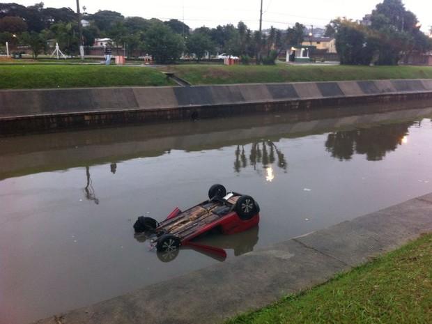 Veícula capotou e caiu no Arroio Dilúvio na manhã deste domingo (Foto: Giulia Perachi/RBS TV)