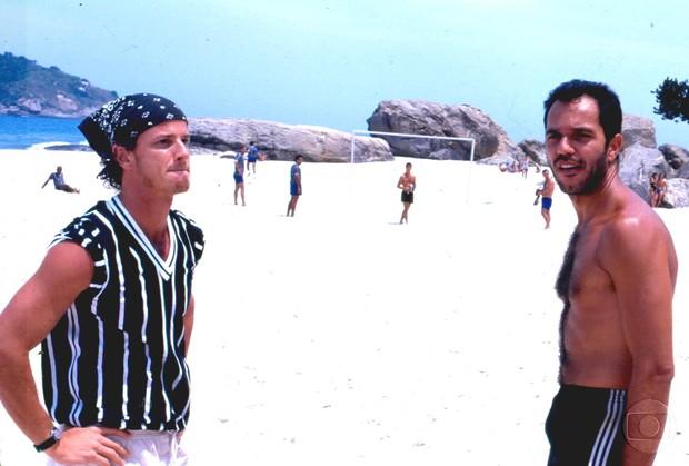 Humberto Martins descamisado com Marcello Novaes na novela Quatro por Quatro (Foto: CEDOC)