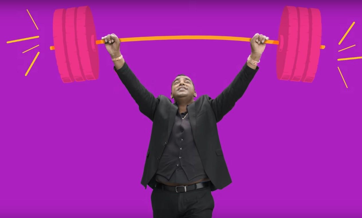 No novo clipe de 'Cheia de Manias', Luiz Carlos segura a barra (que  gostar de voc) (Foto: Reproduo)
