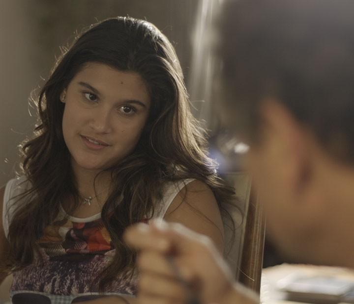 Lívia pede aos pais para Roger dormir com ela em casa (Foto: TV Globo)