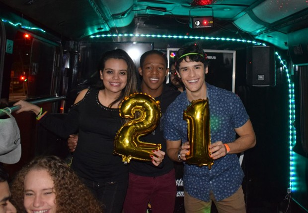 Em ônibus-balada, Angelo Assumpção posa entre os atores Gabi Gama e Júlio Oliveira (Foto: Divulgação)