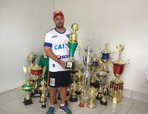Marcos Cruz, técnico do Rondoniense sub-16 com o troféu Juvenil  (Foto: Lívia Costa)