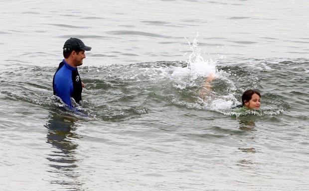 Marcelo Serrado faz stand up paddle com a filha (Foto: André Freitas / AgNews)