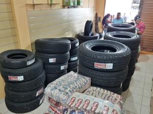 Loja especializada em vender pneus e baterias de carros agora também oferta arroz aos clientes venezuelanos (Foto: Emily Costa/ G1 RR)